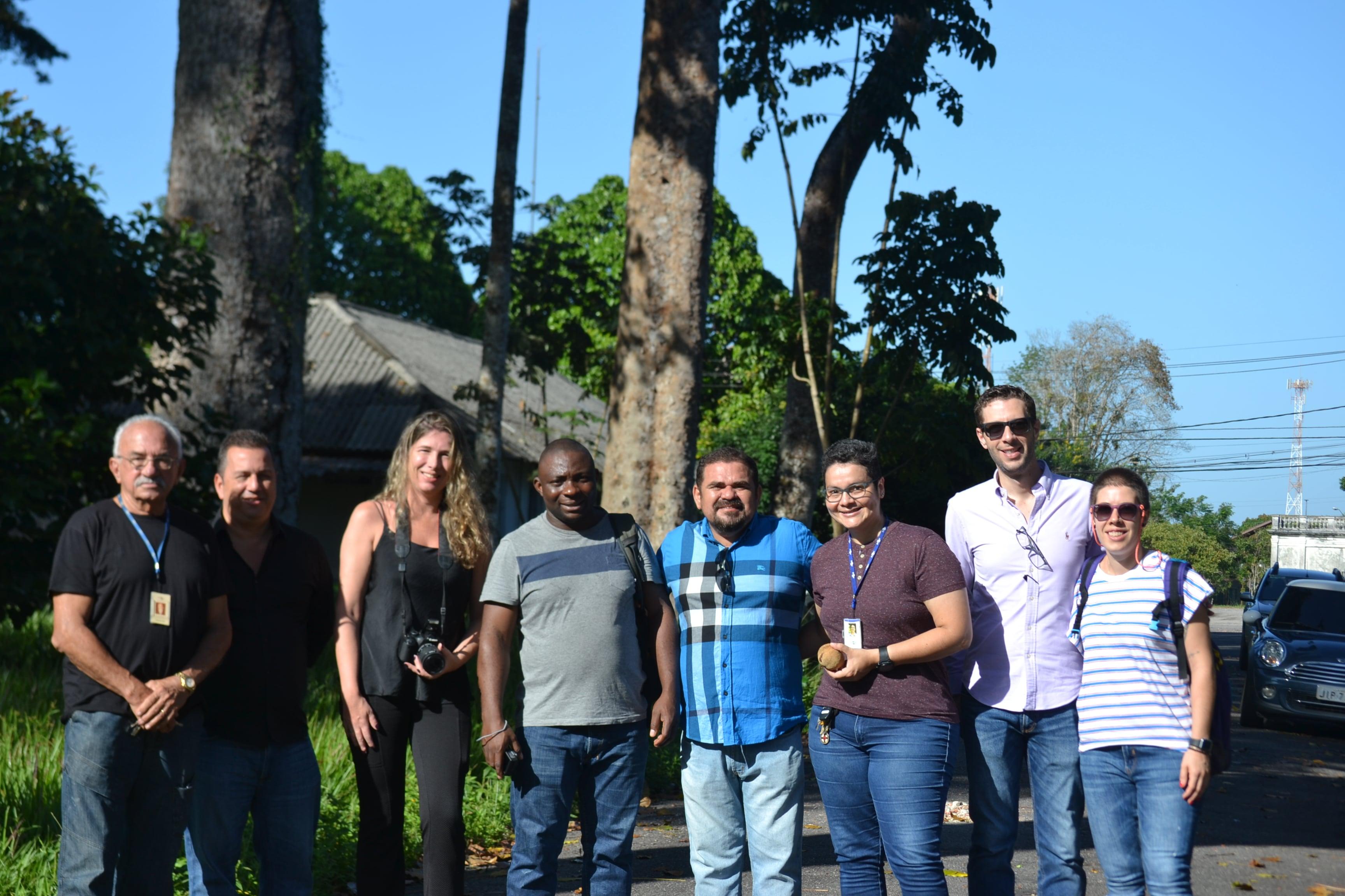 Dr. Ulrich Gael com respresentantes da Embrapa e da ABPMA quando ele atestou que as árvores pioneiras, plantadas no jardim da Empresa Brasileira de Pesquisa Agropecuária (Embrapa), no Pará, que sempre foram consideradas da espécie Khaya ivorensis, são, na verdade, da espécie Khaya grandifoliola